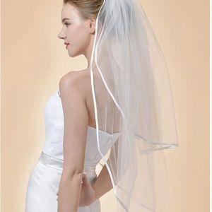 NWT Beautiful elbow length 2T veil satin trimmed